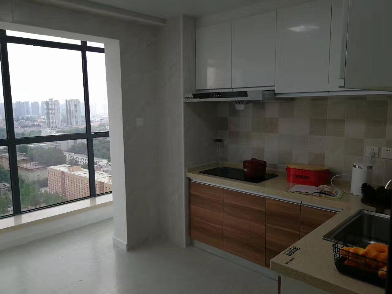 L型橱柜让烹饪操作流畅便捷,厨房阳台不仅增加了光线,还多了收纳空间。