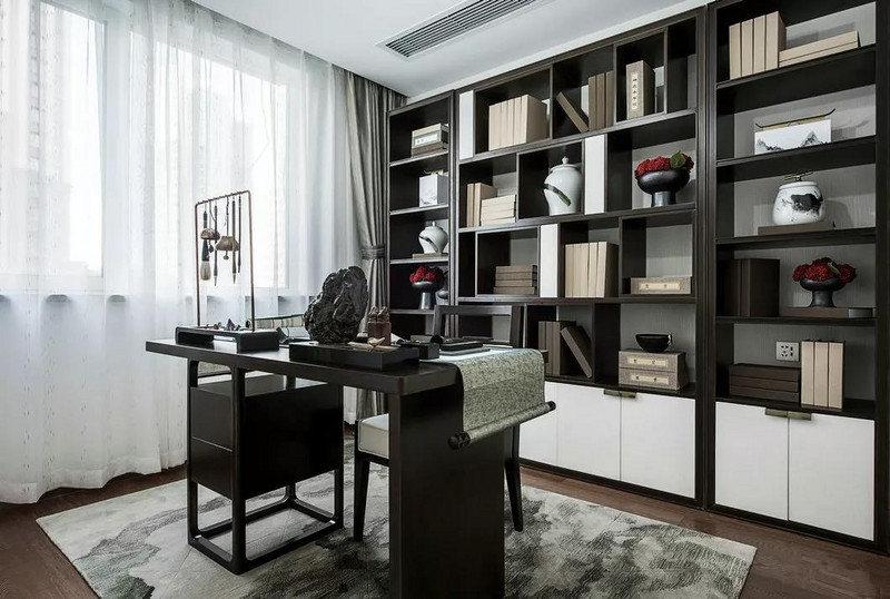 笔墨纸砚俱全,一派古县古色的环境中,书架与书桌在沉静的黑白中,诠释着古典底蕴。