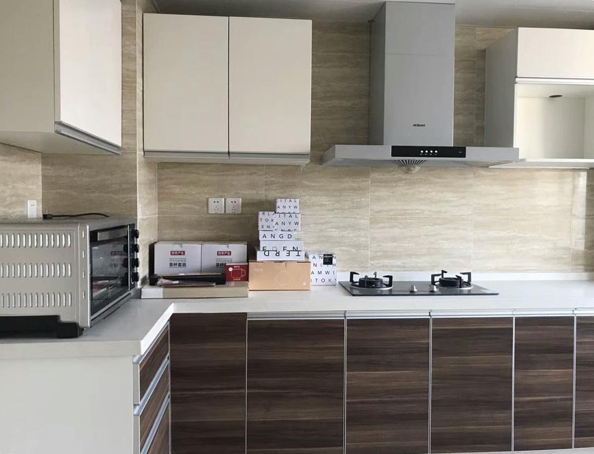厨房柴米油盐杂物比较多,标配厨房提供安装多处柜体,方便储存杂物,让空间干净整洁。
