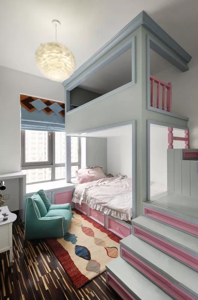 儿童房空间比较小,设计师用层高打造上下式的房间结构,下层供孩子休息上层供孩子玩耍,两全其美。
