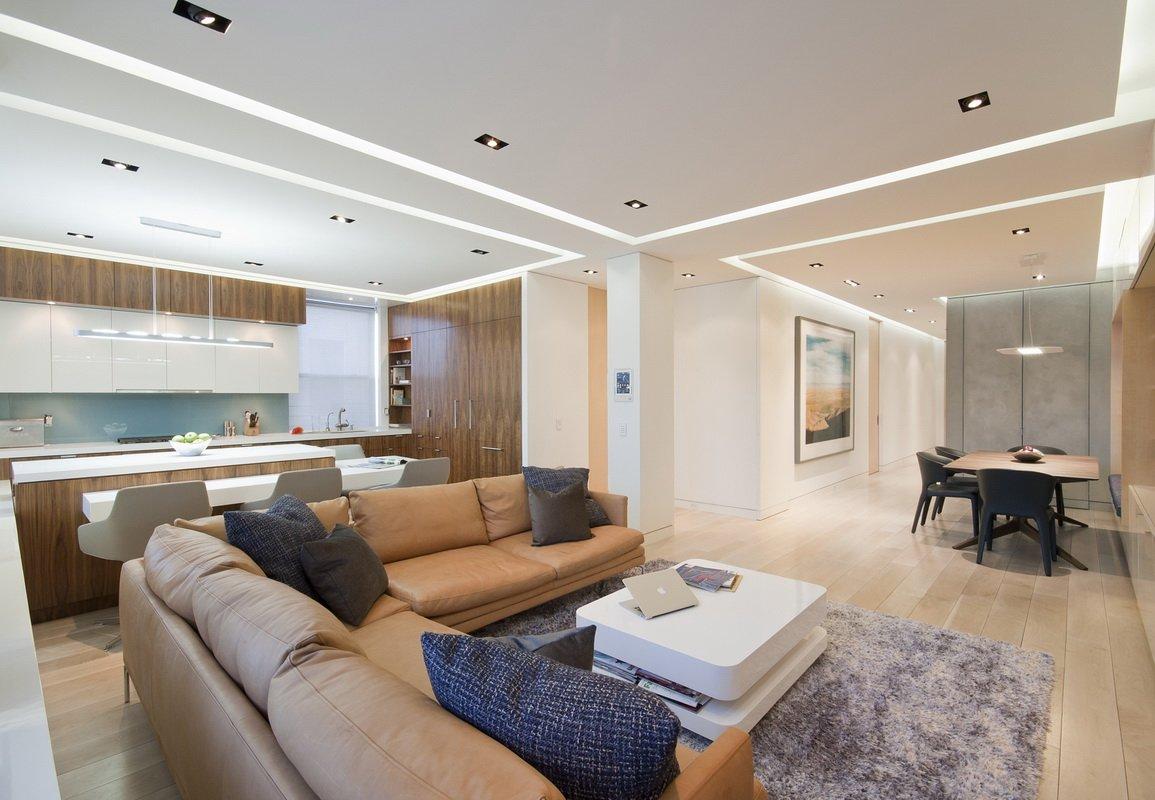 白色墙壁搭配木质橱柜显得非常的舒适时尚,白色的墙壁上挂了一圈亮灯,显得非常的有活力