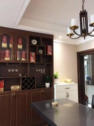 厨房用到了不同的元素,铁艺蜡烛造型的吊灯和深色复古酒柜,都成为彰显男主人品味的家具。