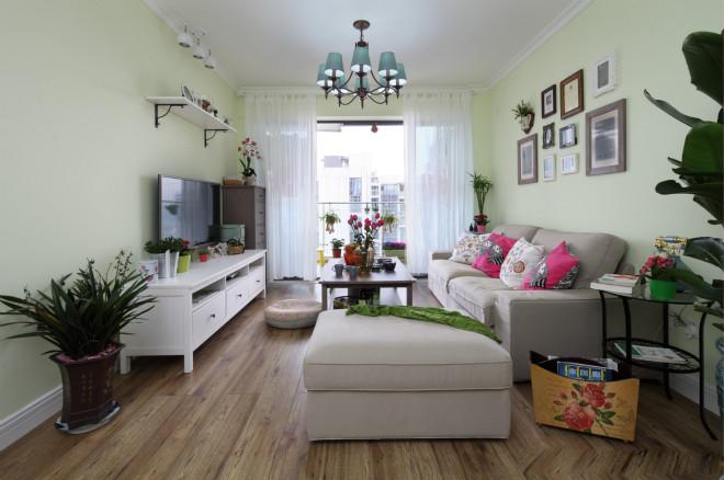 放眼整个客厅给人满满的自然风格,墙面采用浅绿色进行粉饰,绿色盆栽植物点缀其中,一片生机勃勃。