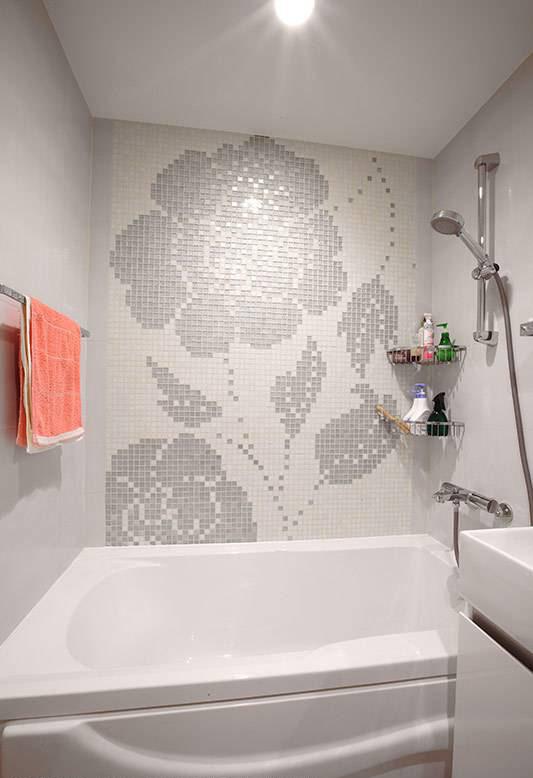 以马赛克拼贴出墙面焦点,让泡澡空间也拥有艺术化氛围。