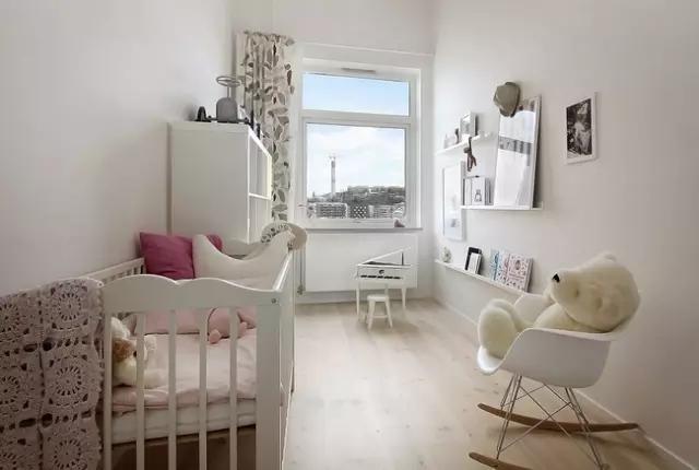 中越看到了粉色系的小物件,小公主房也是简单明了,阳光打进屋子,一定很美。