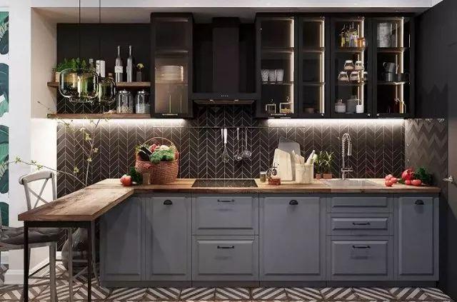 厨房通过条纹砖来增加厨房墙面的层次跳跃感,搭配深色系橱柜、原木色餐桌仿中岛吧台使整个空间活泼起来。