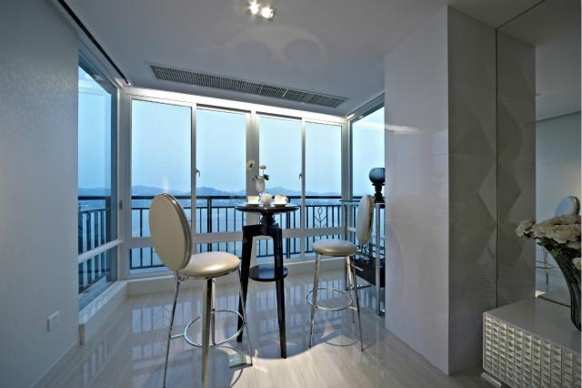 阳台设计了品茶区,光线充足,在闲暇的午后,坐在高脚凳上品一壶茶,静静感受生活的美好。