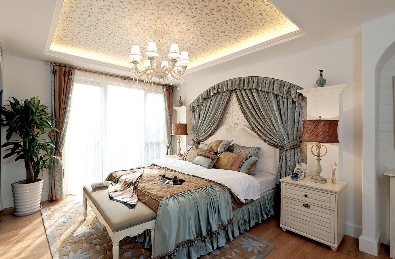 主卧床的背景深灰色的,上边有利用的图案,搭配几何图案的装饰布,颜色呼应床品.