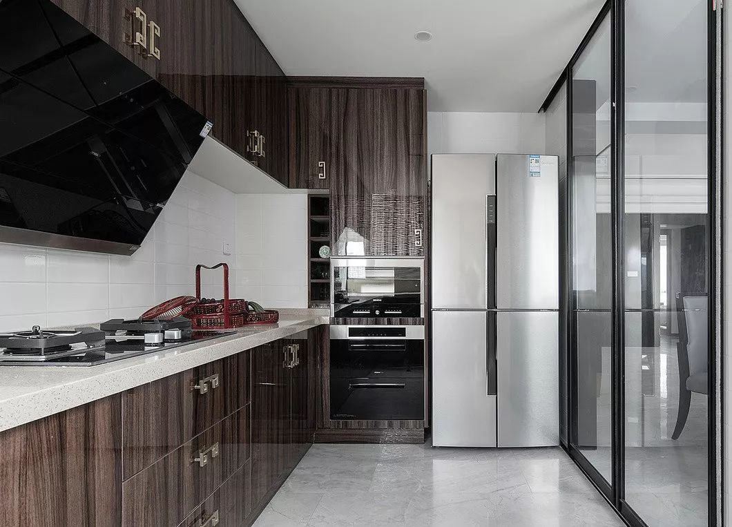 厨柜考虑到白色不耐脏,紫红色又显老气,所以选择了亮光人造板。