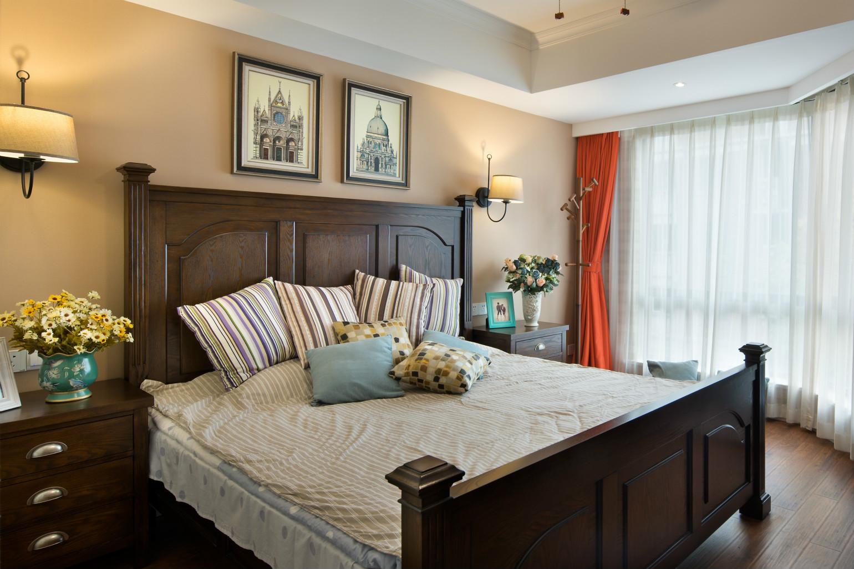 主卧,抓纹地板通铺配深棕色的床,床头背景用了对装饰画,随着灯光的流转,一份不失精致的静谧与舒适感悄然