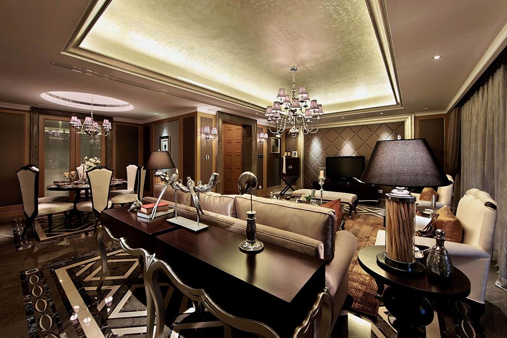 客厅呈现复古大气的视觉感受,吊顶划分了空间区域功能,中间颇有艺术感的吊灯流光溢彩。
