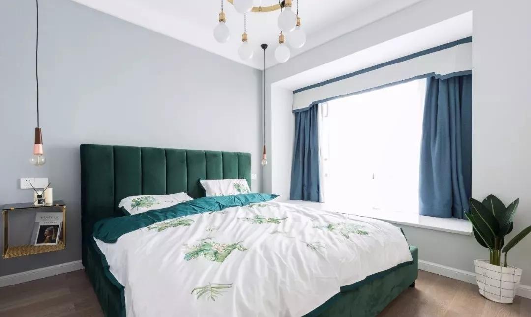 墨绿色大床搭配金色悬空床头柜,清新自然中又带来生活质感。蓝色窗帘的点缀,在睡眠环境中增加优雅和舒适。