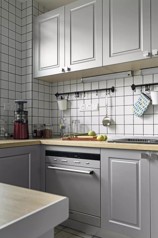 厨房的配色十分清新,淡淡的蓝,纯纯的白,给你最美好的色彩搭配。