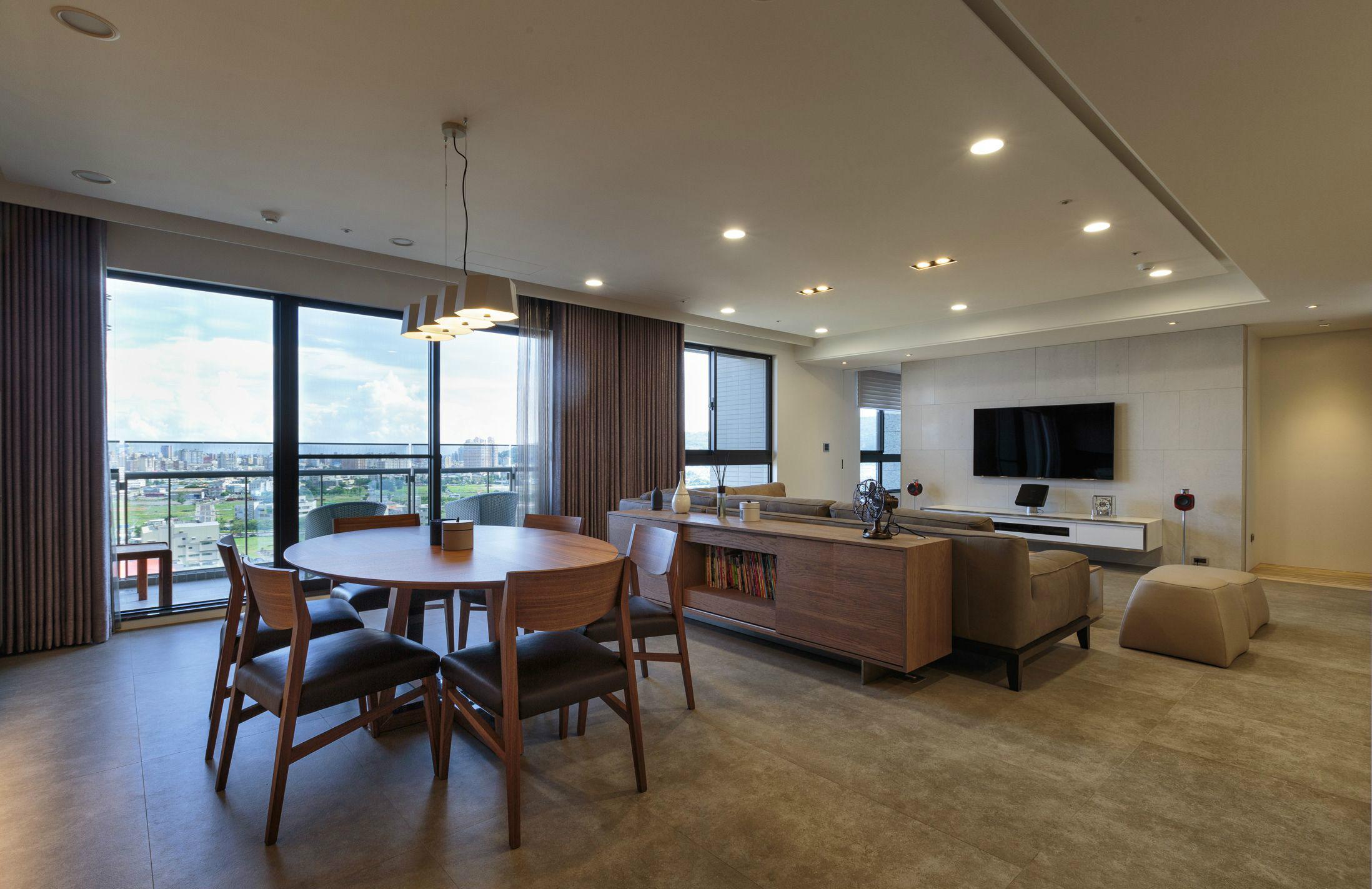 客厅的装饰多采用局部处理,没有太多满铺式设计,简约大气
