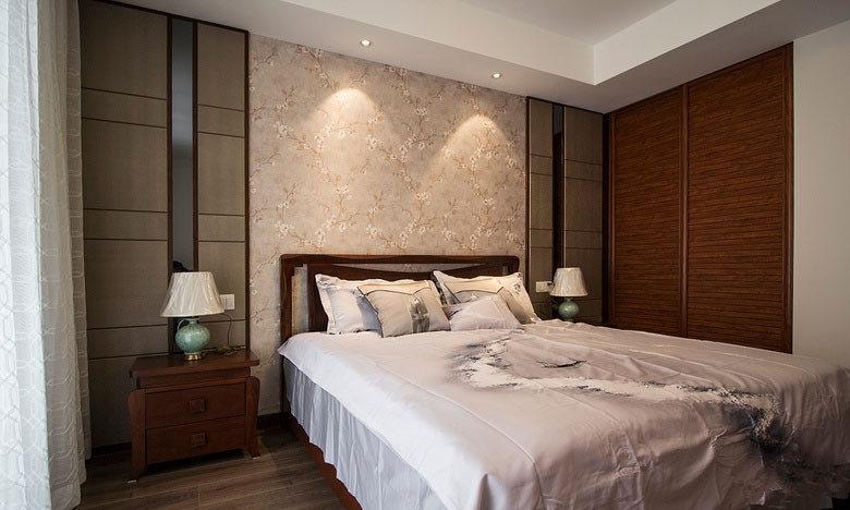 卧室床和柜子都是非常暗沉的深红色,床上用品是白色,床头柜上还摆放了两个传统的台灯,看上去沉稳。
