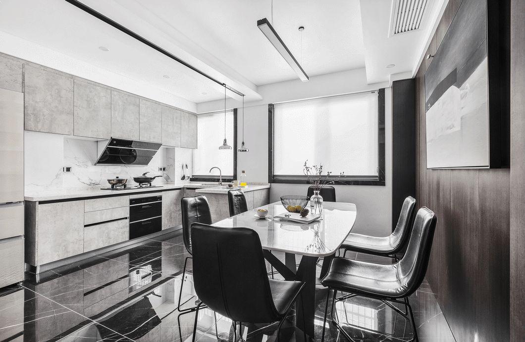 开放式的厨房与餐厅相连通,宽敞通透。考虑到油烟问题,在餐厅和客厅相连接的地方做了一道暗门隔断。