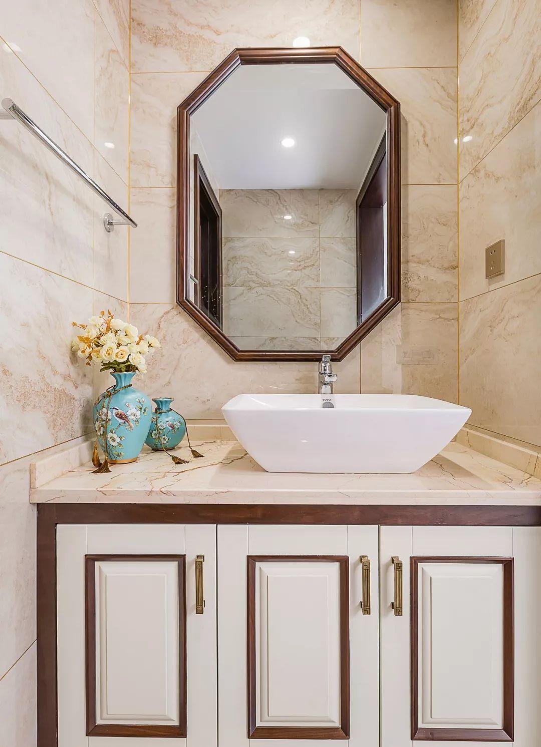 次卫干区独立设计,时尚的配色中多一些温馨浪漫的气息,八边形的大镜子及收纳柜,极具中国古典美!