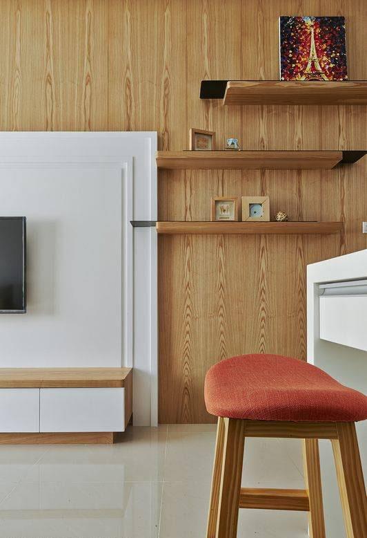 以薄件与木层错层堆构的展示层架,局部嵌入电视墙,不规则的造型规划,在纵横为主的线条语汇中,营造斜向的