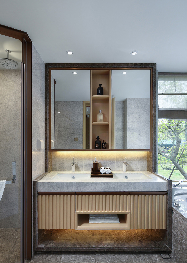 借助窗外景色与自然的光线,还洗浴间一个宽敞通透的空间。