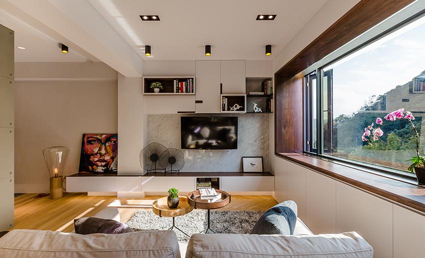 电视背景墙很好的和收纳柜融和一体,更好的摆放书籍,干净整洁