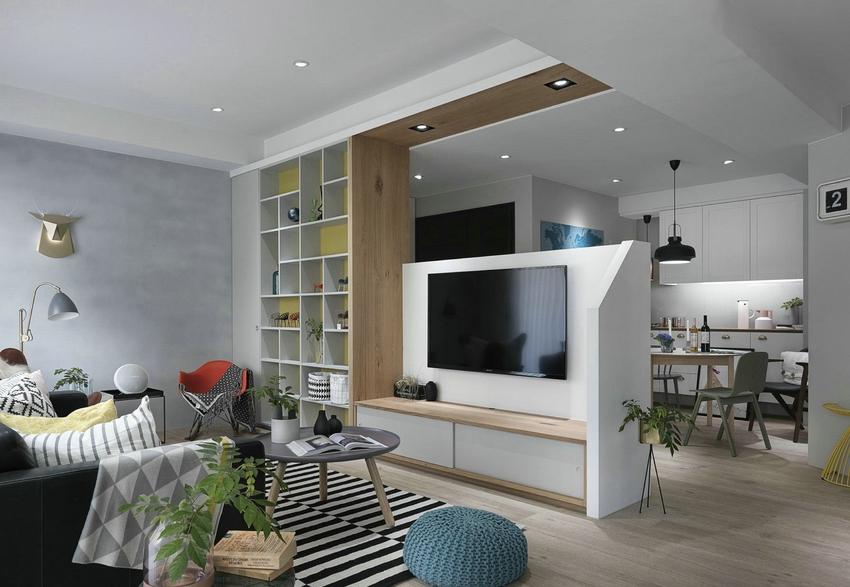 为了怕影响餐厅光线,电视背景墙没有全屏遮挡,设计成半屏,同时在玄关设计收纳柜,摆放零散物品。