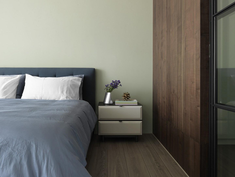 卧室比较简单,以暖色为主,卧室影响着每天的睡眠质量和生活状态,很关键。