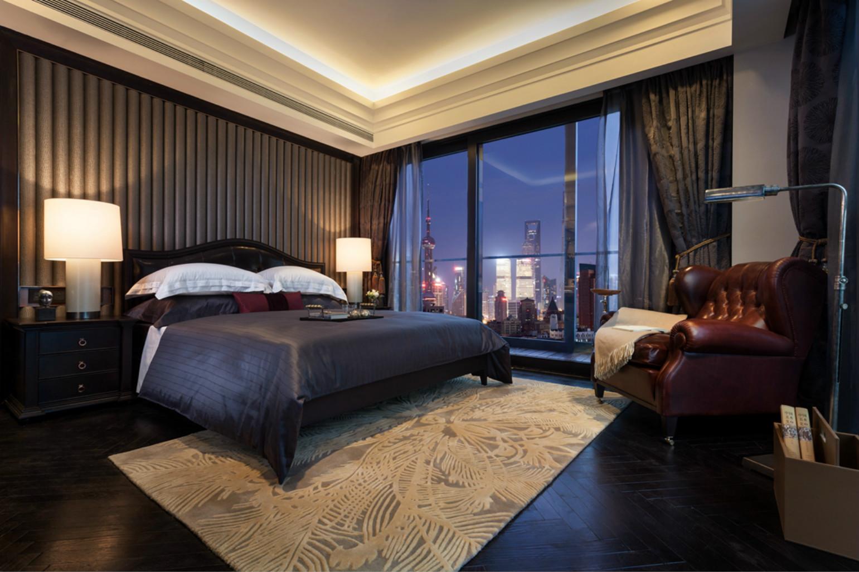 卧室,非常干净,顶端黄色的灯光则给屋子创造出温馨的氛围。