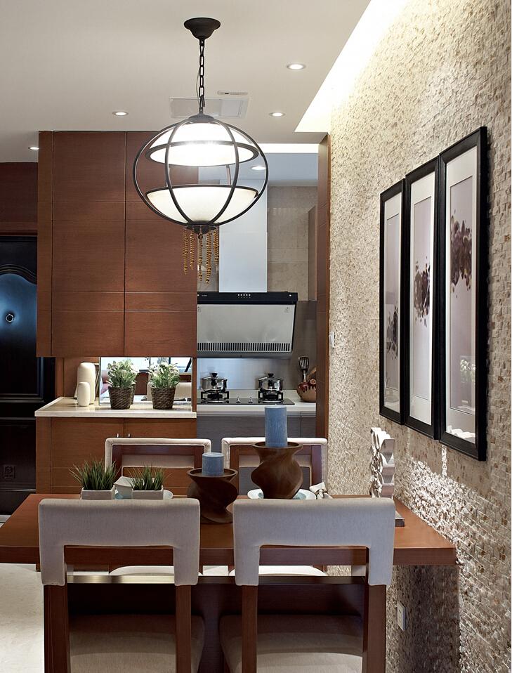 从餐厅望过去,厨房隐约可见,开放式设计更为灵活。
