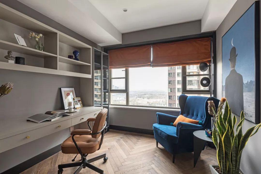 书房采光很好,双人书桌满足一家人的办公需求,蓝色单人沙发舒适,看书累了坐上面休息一下也非常不错。