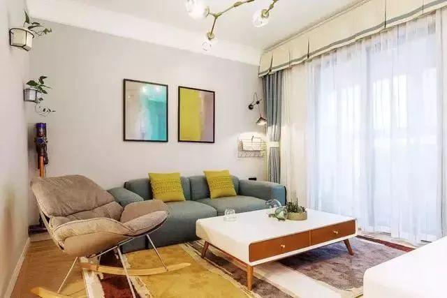 温馨明亮的客厅空间,摇摇的单椅坐感舒适,很有乐趣。彩色的挂画和地毯增添了活泼可爱的氛围。
