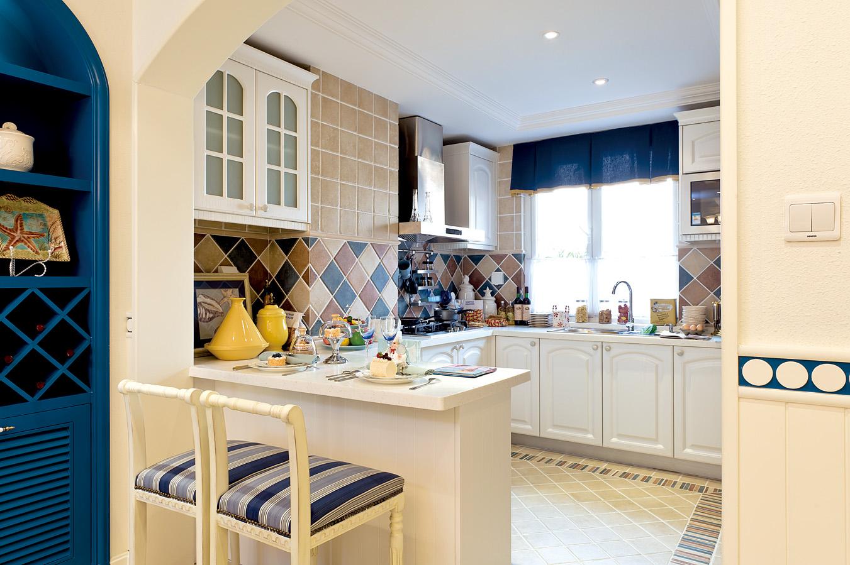 厨房以白色为主,整体干净整洁,瓷砖铺设,方便擦拭