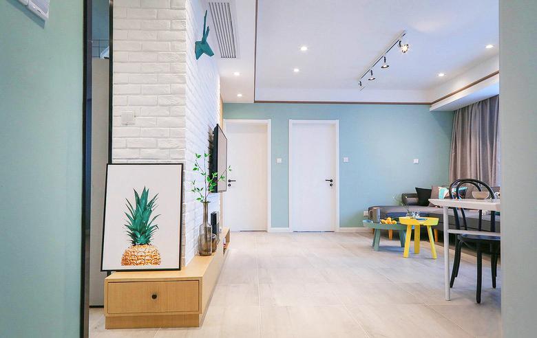 一开门,可爱的气息扑面而来,除了墙壁充满活力的薄荷绿,首先映入眼帘的就是半个颜色鲜艳的菠萝。