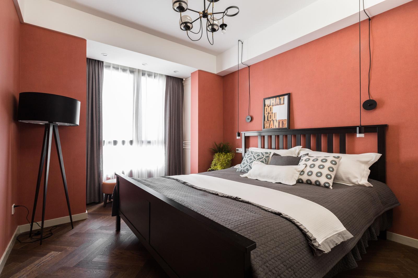 次卧的装修以红墙色为主色调,营造舒适的入眠环境。