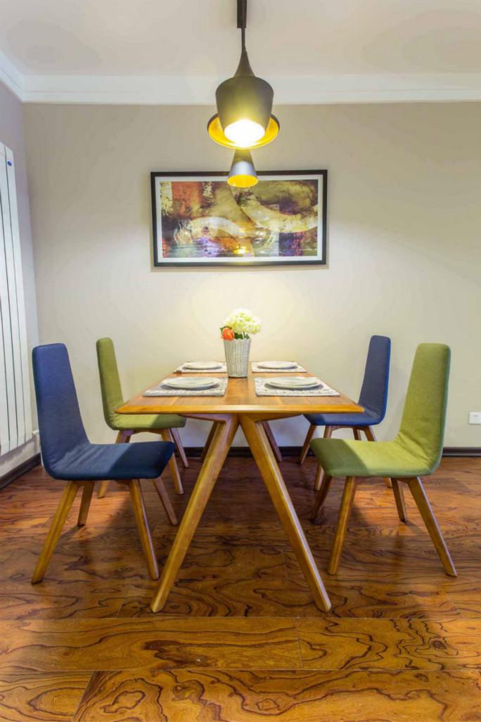 餐厅比较简单布置得座椅蓝绿色的布艺套袋,不规者的吊灯,很是畅饮