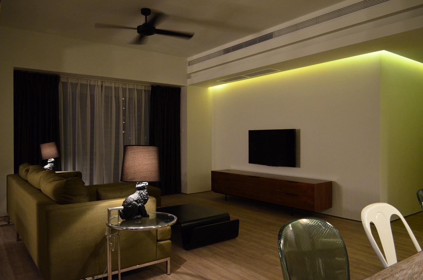 客厅整体是以简约为主,绿色的沙发点缀整体的视觉感