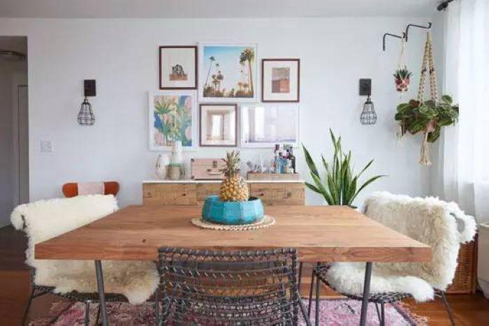 墙面用刮花装饰,角落里有了绿色植物的点缀显得更加清新质朴。