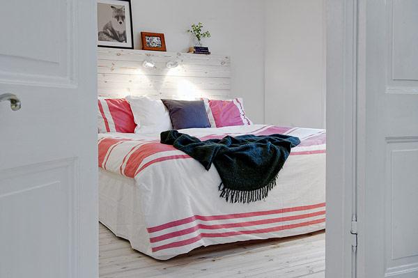 卧室似乎就是要打破北欧风对收纳柜不平等的看法,硬是在这里装上了一个衣柜。