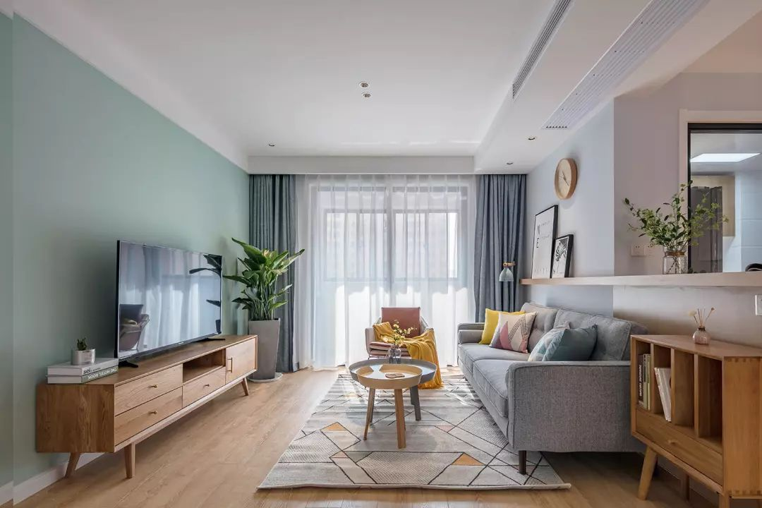 客厅跳色软装增添活泼氛围,落地玻璃式阳台赋予空间充足的光线。