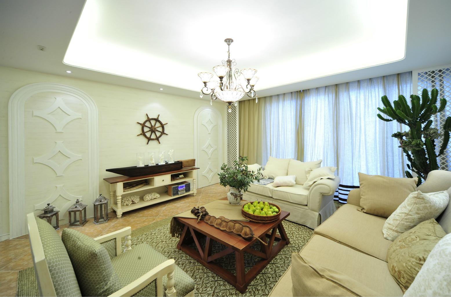 客厅中的地面以咖色的大小瓷砖为铺贴,一种复古的自然之感。