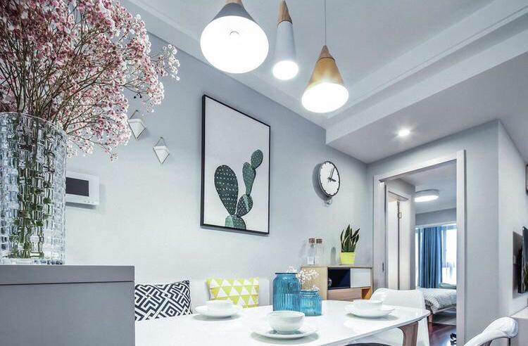 餐桌上方挂着三个不规则吊灯,是畅饮的最佳设计
