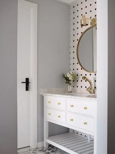 卫生间干区以白色为主调,镜前灯,圆镜镜框,水龙头以及把手都选择了金色,充满优雅的轻奢调调。