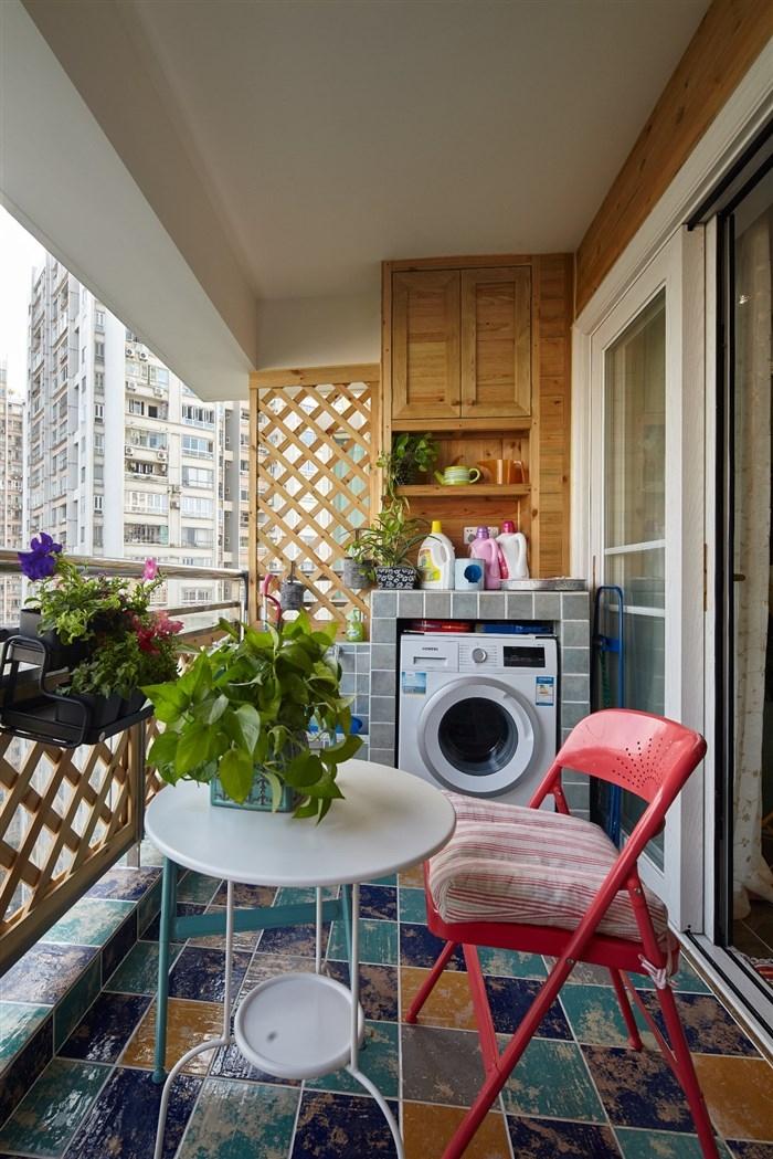 大胆的颜色搭配,绿植、篱笆栏的应用,只为在家里制造出一派亲近自然的角落,可以读书,又可以休闲小憩。
