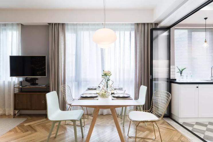 餐厅是典型的北欧风格,非常清新,线条感流畅,餐桌和餐椅的颜色选取上,吊灯的造型上,都是典型的北欧风格