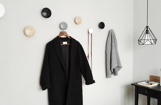 家居单品往往在空间设计中起到画龙点睛的作用,主卧的彩色点点挂钩,即可以装饰墙面,又具有使用价值。