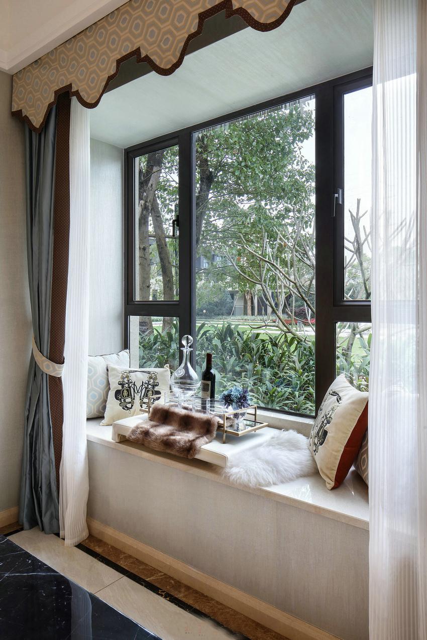 客厅飘窗的完美利用,用飘窗也有不一样的美和意义。