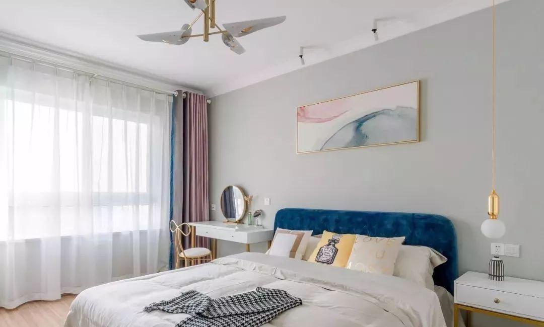 主卧深与浅的色调,呈现轻盈干净的视觉感。宝蓝色床头增加卧室重心与层次感。