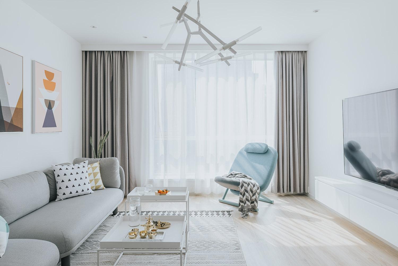 客厅温馨简约,浅灰色系的布艺沙发,以及浅色系地毯使得整个屋内清新亮丽