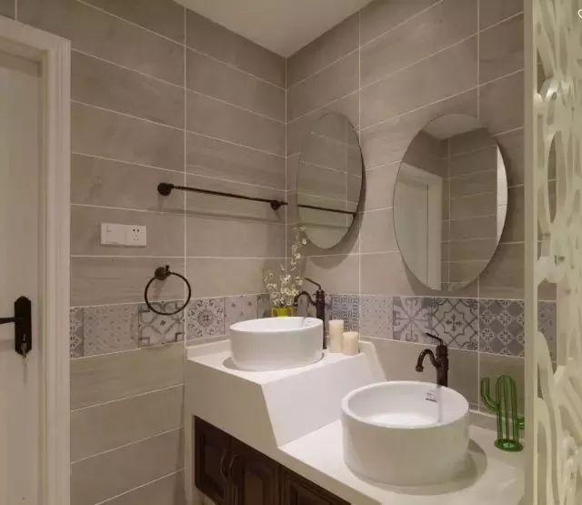 把洗手台给放在了卫生间的门外,高低不平的双台盆方便孩子和大人分开使用,腰线的设计也让空间显层次感。
