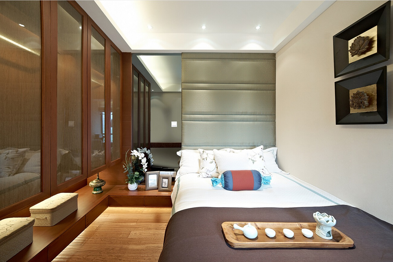 次卧设计也很雅致,地台设计让空间更有层次感。