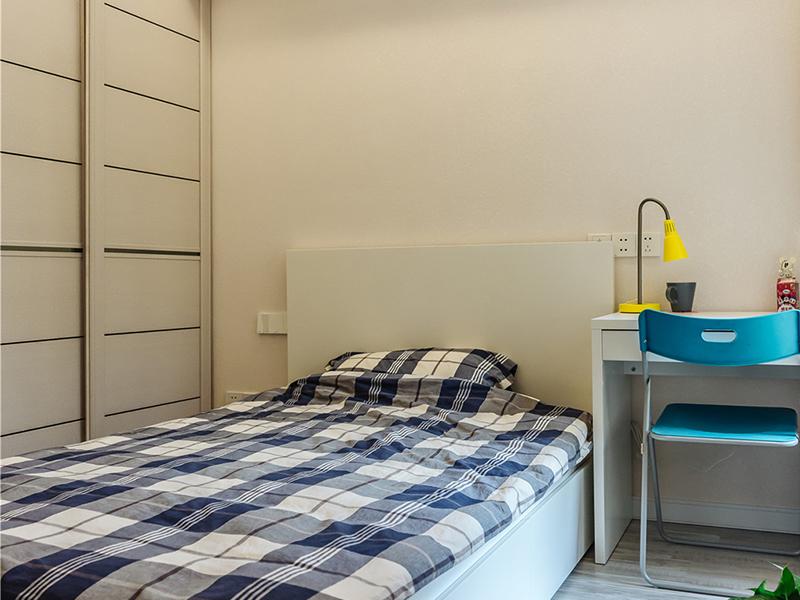 男孩房干净清爽即可,线条简洁的书桌作为床头柜,朴实温暖。